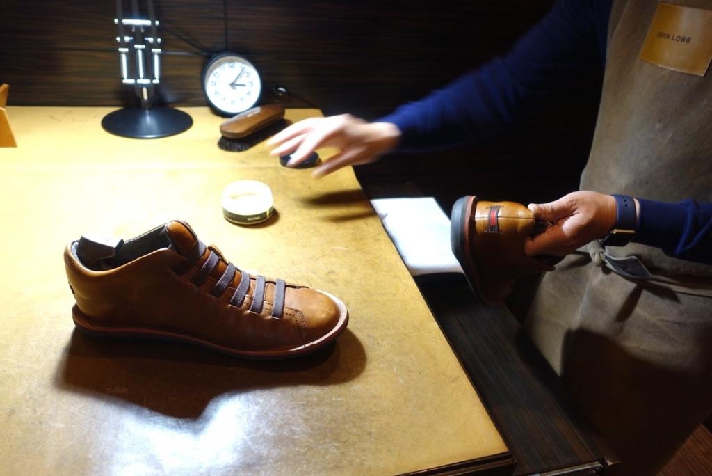 JALファーストクラスラウンジ靴磨き