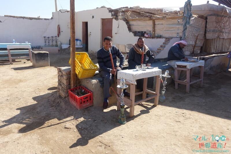 エジプトで水タバコを吸う人